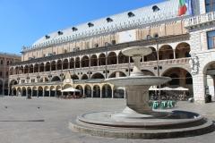 Piazza-delle-Erbe-Padova-fontana